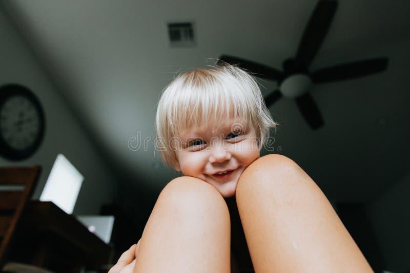 Les expressions observées bleues d'une chevelure de visage de garçon d'enfant d'enfant en bas âge de petite longue blonde mignonn images libres de droits