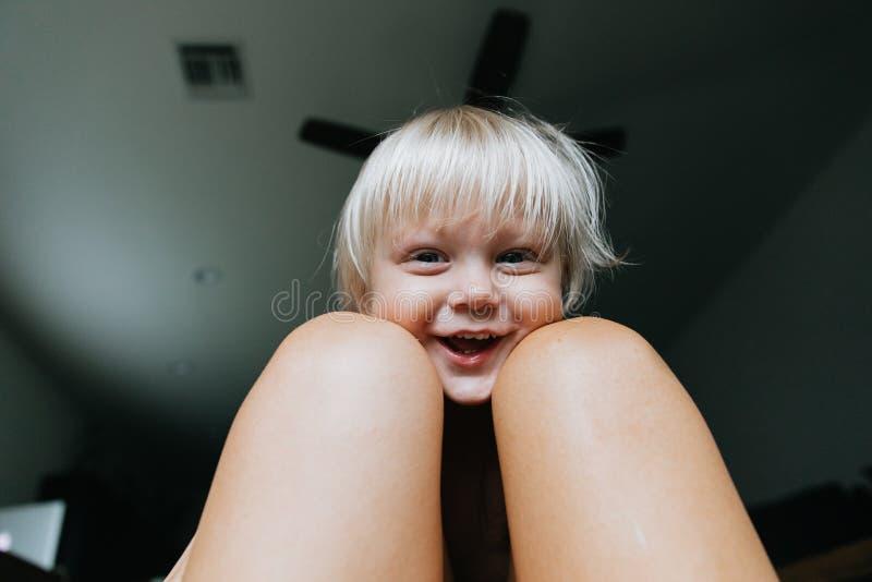 Les expressions observées bleues d'une chevelure de visage de garçon d'enfant d'enfant en bas âge de petite longue blonde mignonn images stock