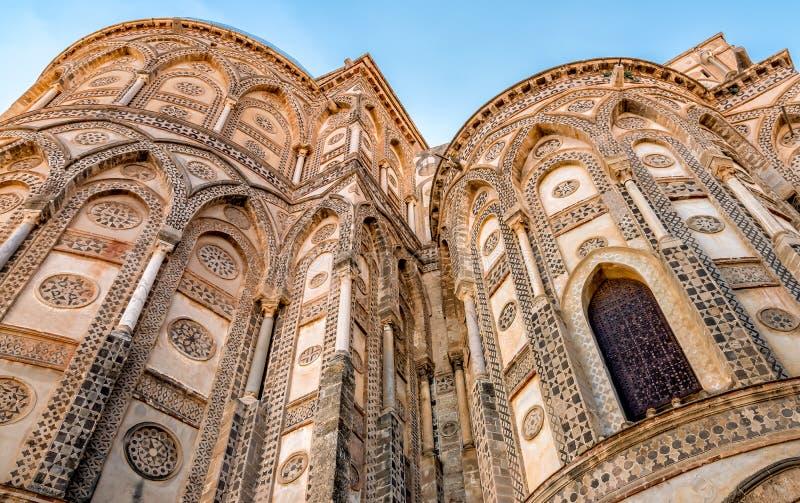 Les extérieurs des principales portes et de leurs voûtes aiguës de l'église antique de cathédrale dans Monreale, Sicile photos libres de droits