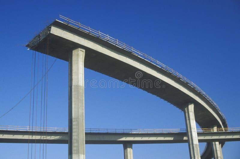 Les extrémités d'une structure d'autoroute de béton abruptement avec l'appui de fer structure le collage et les rails de sécurité photo stock