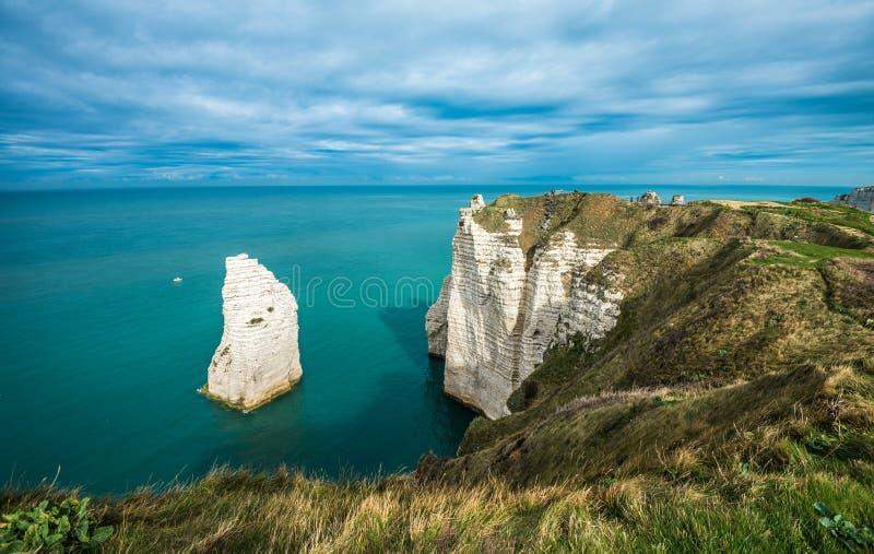 Les falaises blanches d'Etretat et de l'albâtre marchent, la Normandie, franc photographie stock libre de droits