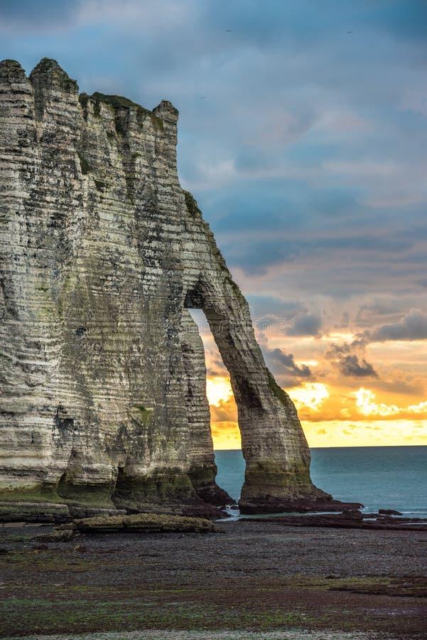 Les falaises blanches d'Etretat et de l'albâtre marchent, la Normandie, franc photo stock