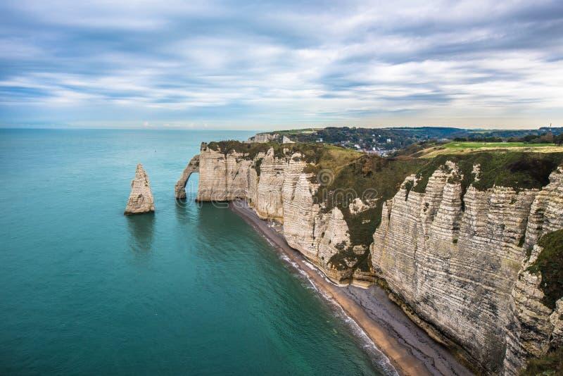 Les falaises blanches d'Etretat et de l'albâtre marchent, la Normandie, franc photographie stock