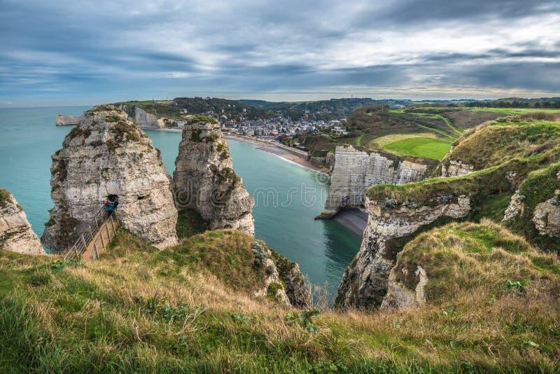 Les falaises blanches d'Etretat et de l'albâtre marchent, la Normandie, franc photos libres de droits