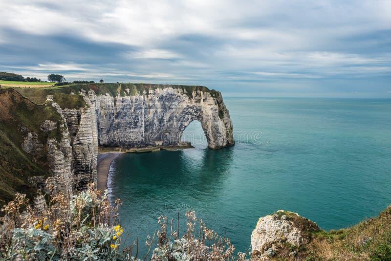 Les falaises blanches d'Etretat et de l'albâtre marchent, la Normandie, franc images stock