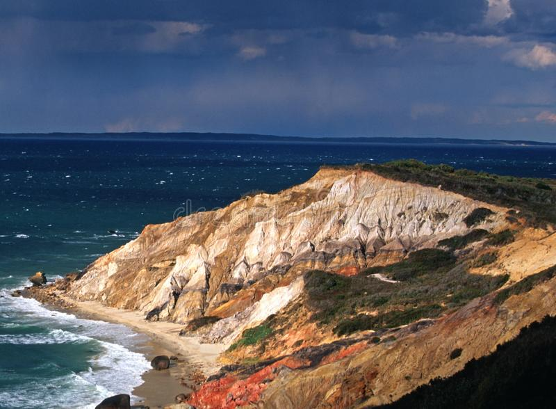 Les falaises colorées de la tête gaie rougeoient au soleil pendant une rafale de pluie photographie stock