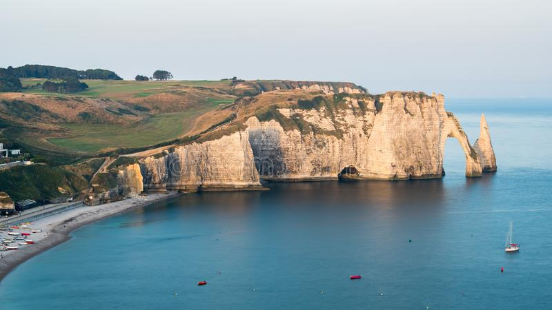 Les falaises de craie d'Etretat avec le ` naturel Aval de Porte d de voûte et l'aiguille en pierre ont appelé L ` Aiguille images stock