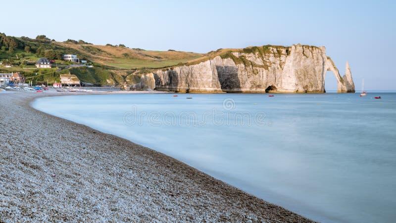 Les falaises de craie d'Etretat avec le ` naturel Aval de Porte d de voûte et l'aiguille en pierre ont appelé L ` Aiguille photographie stock libre de droits