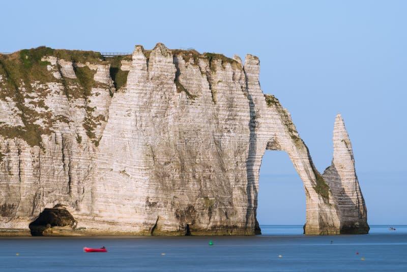 Les falaises de craie d'Etretat avec le ` naturel Aval de Porte d de voûte et l'aiguille en pierre ont appelé L ` Aiguille image libre de droits