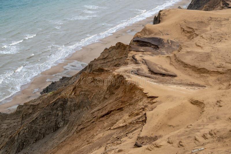 Les falaises de sable le long de la côte photo stock