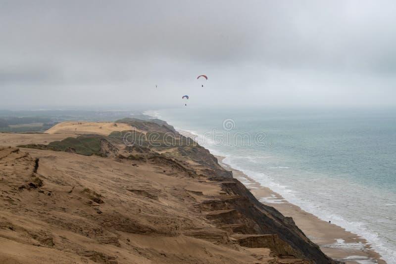 Les falaises de sable le long de la côte photographie stock libre de droits