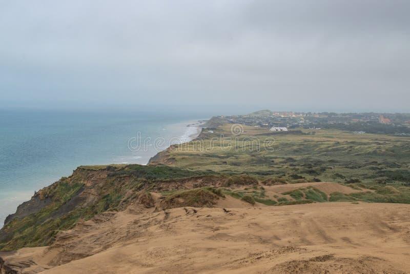 Les falaises de sable le long de la côte photographie stock