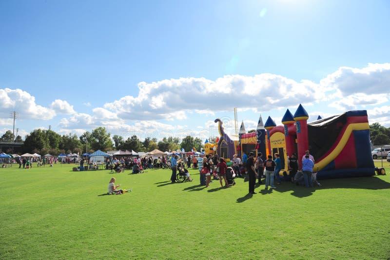 Les familles et les enfants apprécient le jour au festival international de jours de chèvre images stock