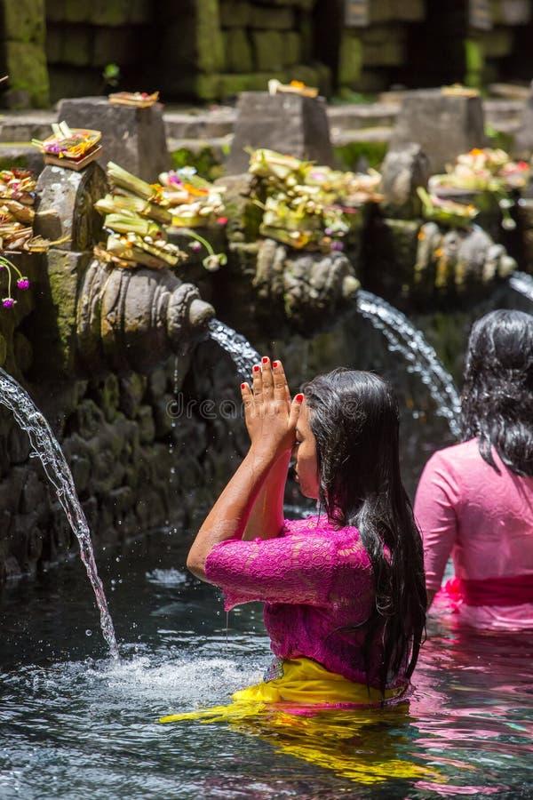 Les familles indoues de Balinese viennent aux ressorts sacrés de Tirta Empul photographie stock libre de droits