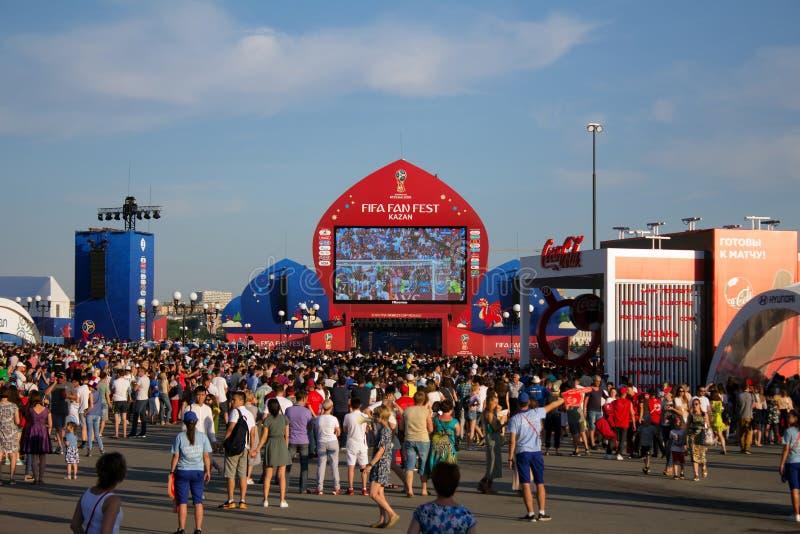 Les fans de foot observent les Frances de jeu contre l'Argentine dans l'arène la FIFA photographie stock libre de droits