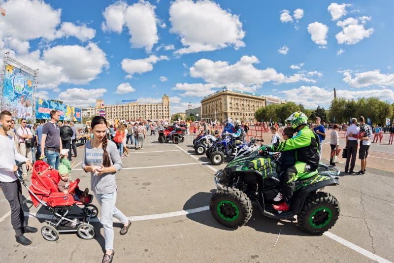 Download Les Fans Des Vélos Moteurs Tous Terrains Extrêmes De Quadruple Démontrent Leur Image stock éditorial - Image du homme, moteur: 77152519