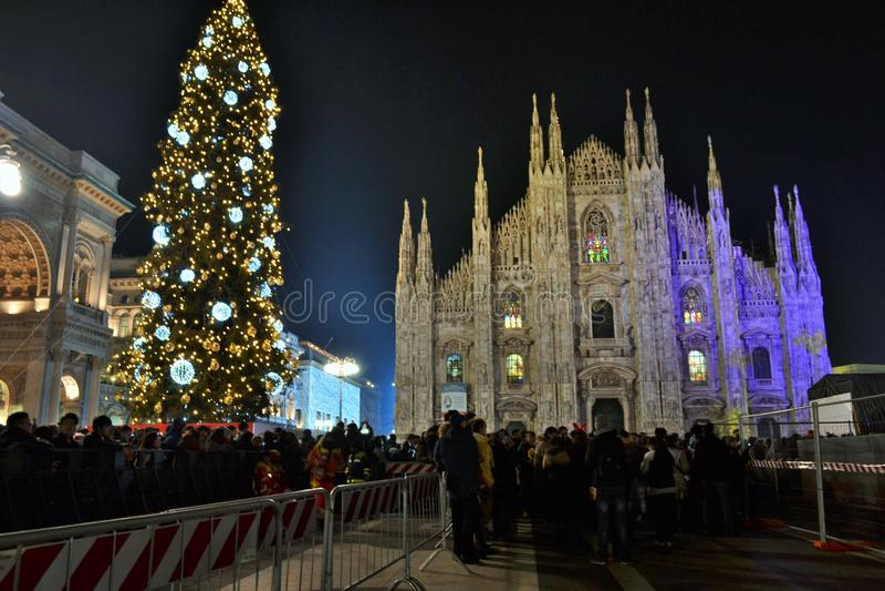 Les fans nombreux observent le concert de nouvelle année sur l'étape installée à la place de Duomo images libres de droits