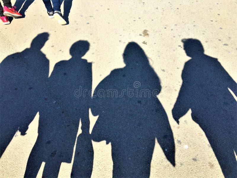 Les fantômes ont perdu dans la ville, les ombres et les achats à Barcelone, Espagne photo libre de droits