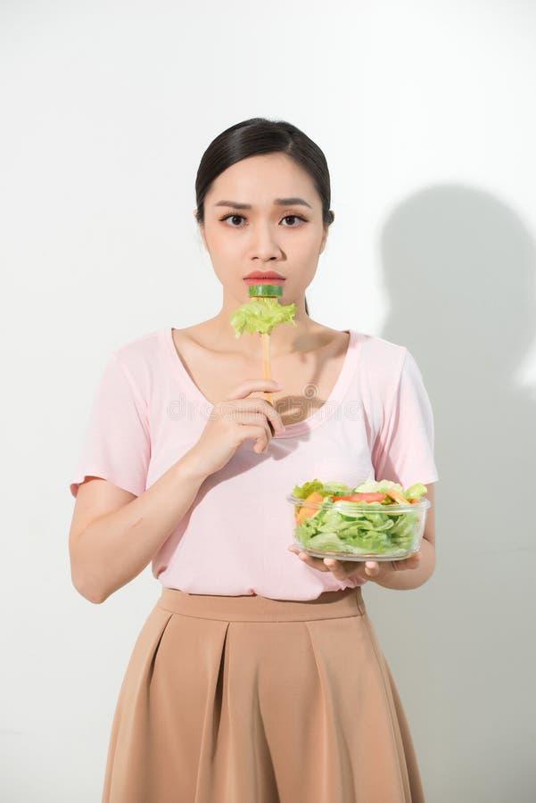 Les femmes asiatiques malheureuses est le temps suivant un régime la fille ne veulent pas manger photo stock
