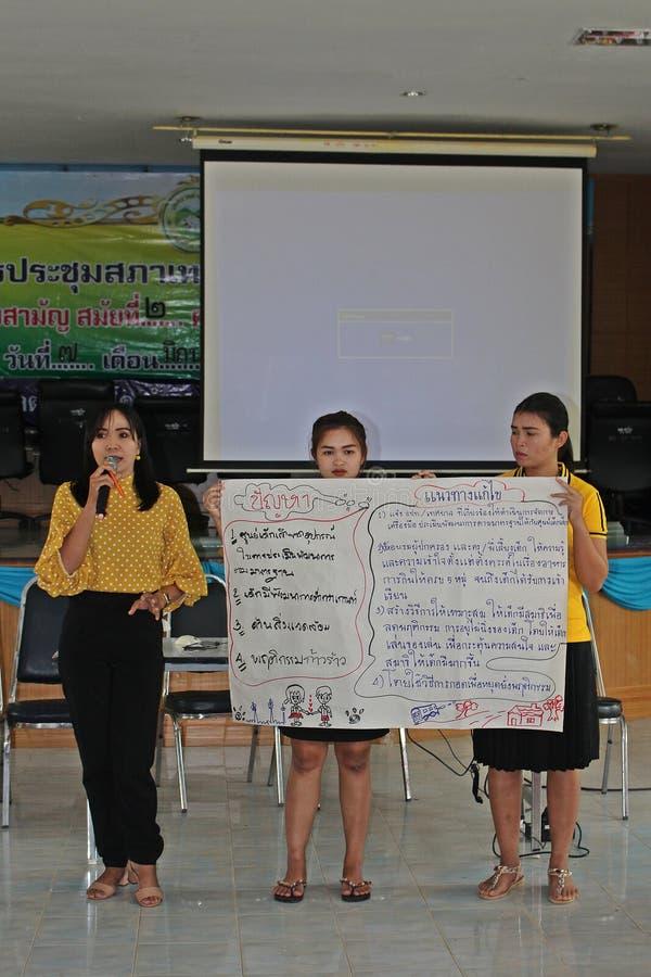 Les femmes asiatiques présentent la conclusion photos stock