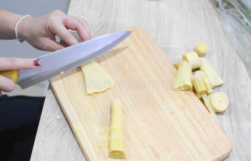 Les femmes au foyer font cuire dans la cuisine photo libre de droits