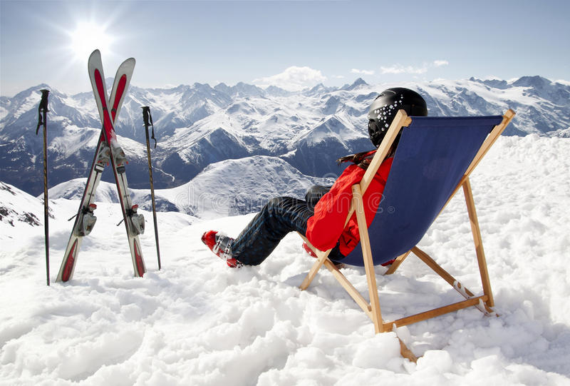 Les femmes aux montagnes en hiver se trouve sur le soleil-fainéant images stock