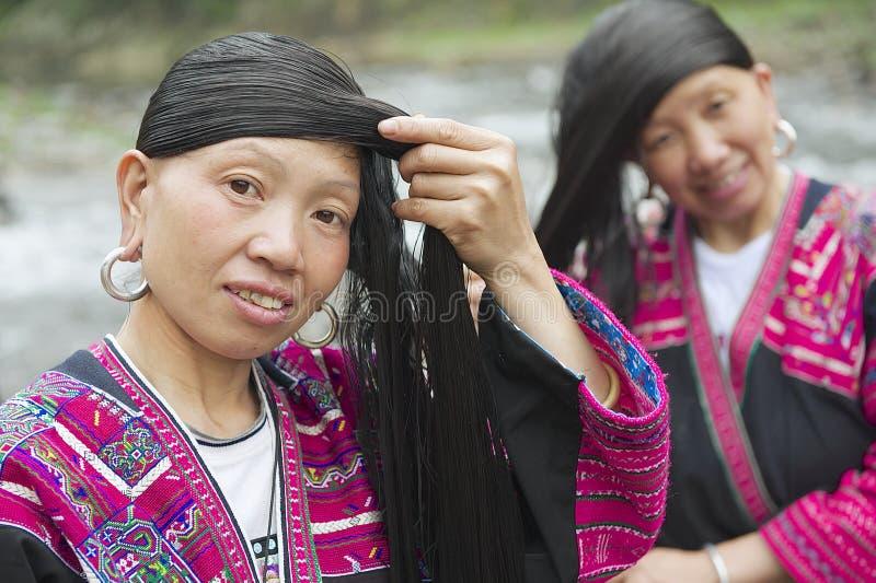 Les femmes balayent et dénomment des cheveux dans Longji, Chine images stock