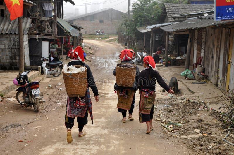 Les femmes chinoises rouges de minorité de Dao (Yao, Dzao) dans traditionnel vêtent images stock