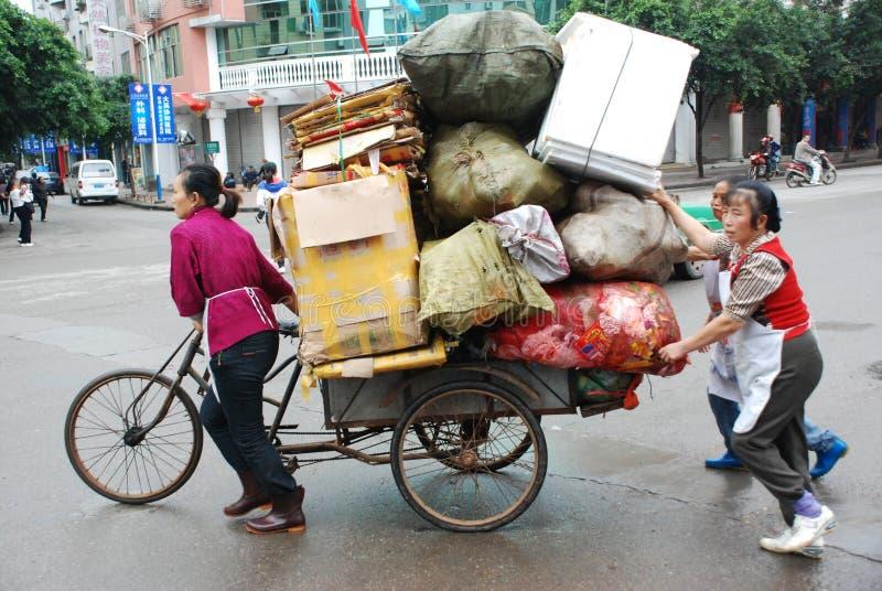 Les femmes chinoises transportent des marchandises photo stock