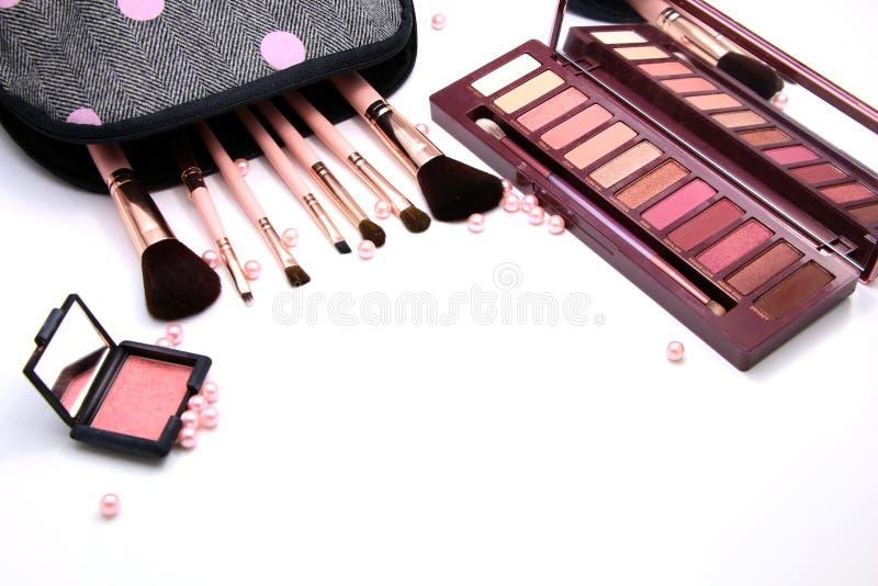 Les femmes composent le sac de cosmétiques et l'ensemble d'outils décoratifs, de maquillage et d'accessoire professionnels sur le photographie stock