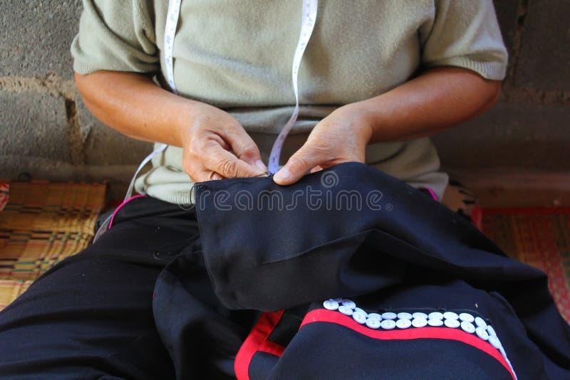 Les femmes cousent, robe tribale, robe de Phuthai photos stock