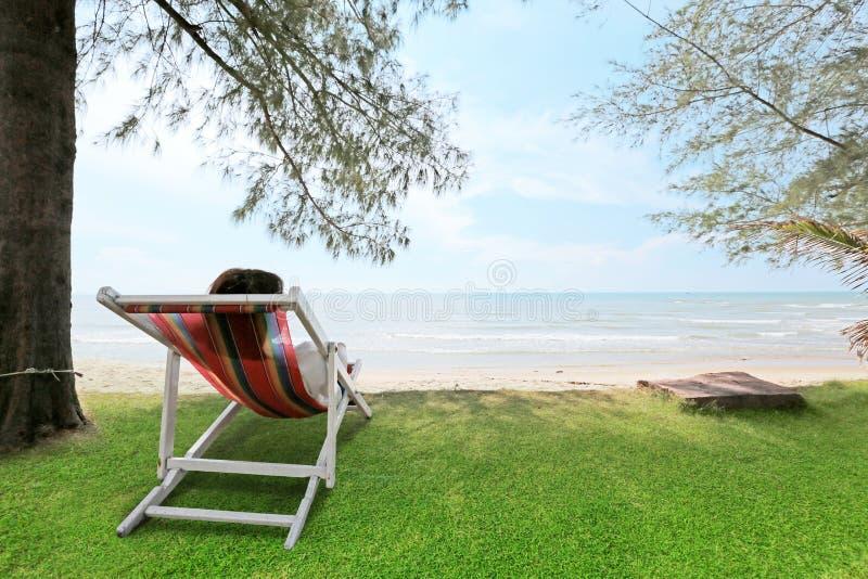 Les femmes détendent sur la scène de nature de plage de mer de berceau Plage tropicale h photos libres de droits