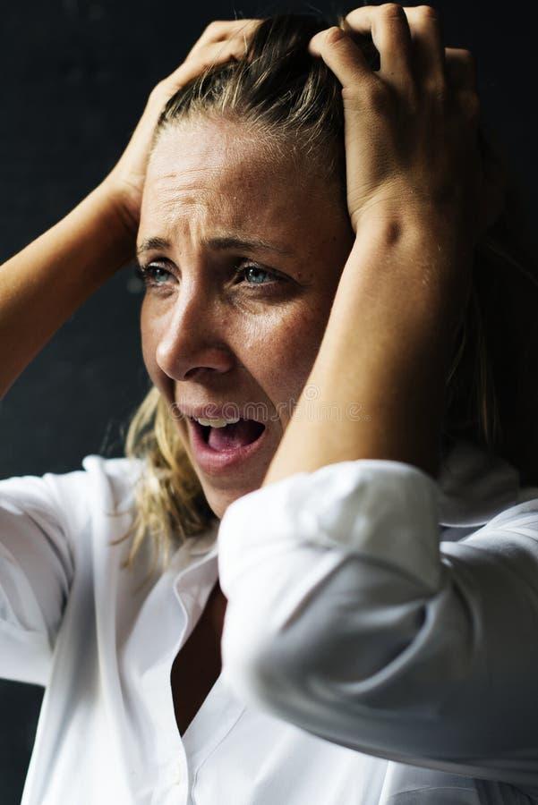 Les femmes d'effort se sont inquiétées effrayé en solo images stock