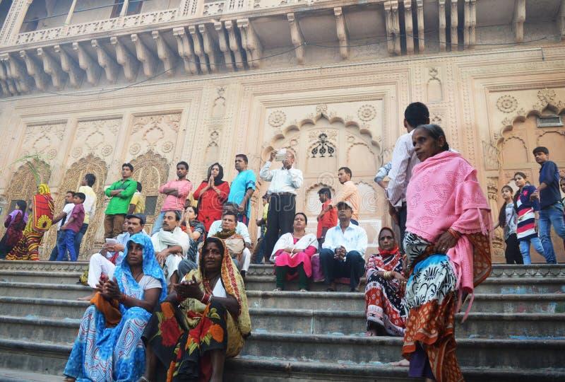 Les femmes dans l'Inde s'asseyent sur les escaliers photo stock