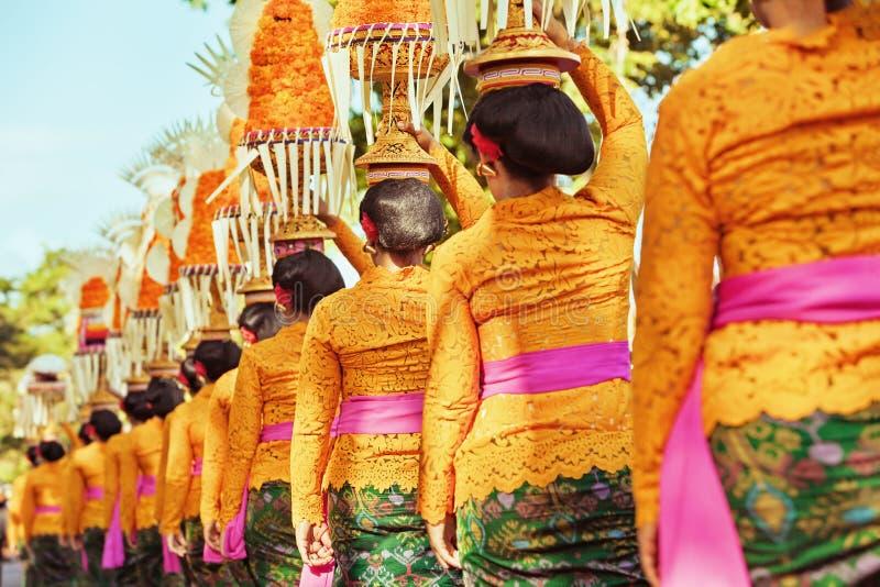 Les femmes de Balinese portent des offres rituelles sur des têtes photographie stock libre de droits