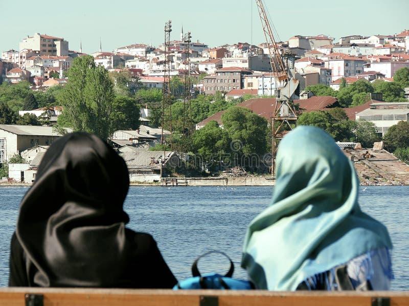 Les femmes de Hijab en rivière d'Istanbul ont regardé la ville image stock