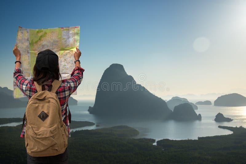 Les femmes de l'Asie de touriste de voyageur avec le voyage de carte voient le Mountain View dans le lever de soleil images libres de droits