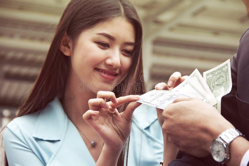 Les femmes de l'Asie heureuses obtiennent des achats d'argent de l'ami photo libre de droits