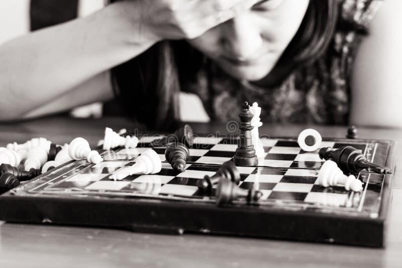 Les femmes de perdant tristes après le combat des échecs, commis, concurrence, gagnant, réussi, consacrent le concept - filtre de image stock