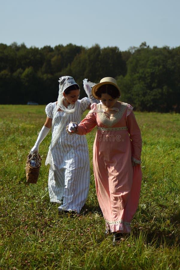 Les femmes de Reenactors chez Borodino luttent la reconstitution historique en Russie photo libre de droits