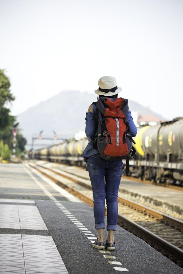 Les femmes de voyageur marchant bagage seul de transport et attentes s'exercent photos libres de droits