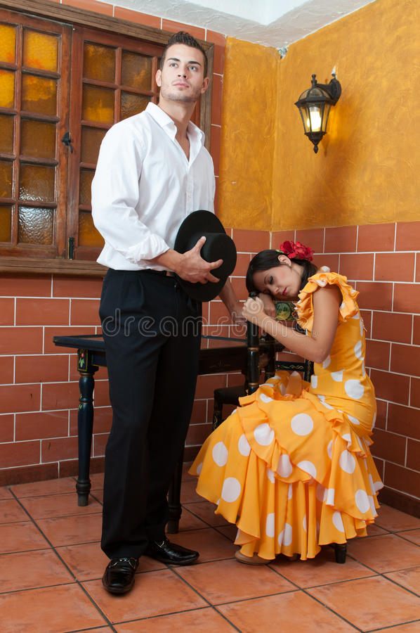 Les femmes et l'homme dans des robes traditionnelles de flamenco dansent pendant Feria de Abril sur April Spain photographie stock libre de droits