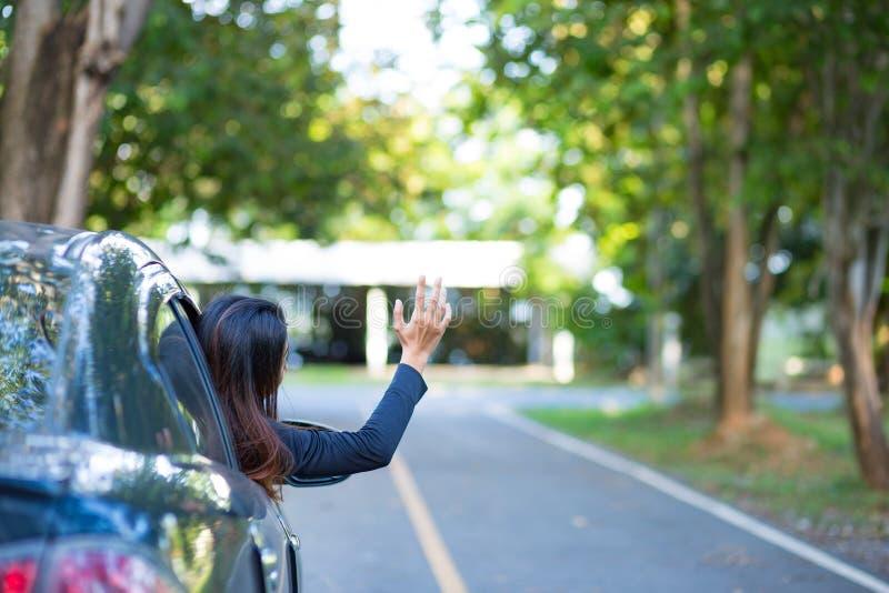 Les femmes et la voiture décomposée sur la route et lui remettent jusqu'à l'aide du besoin image stock