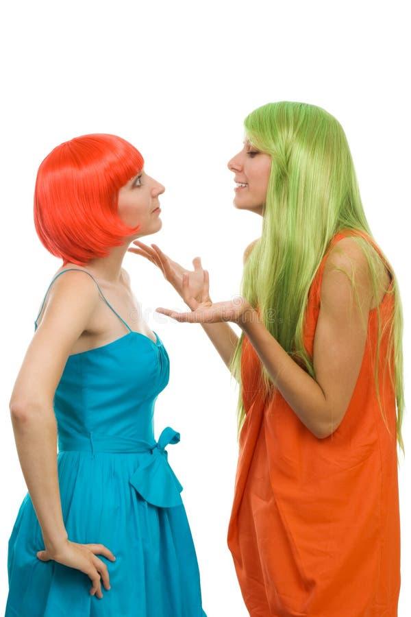 Les femmes expliquent quelque chose gesticulant images stock