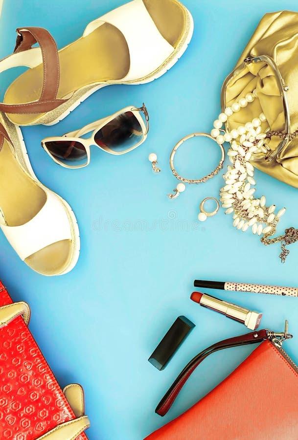 Les femmes façonnent aux sandales blanches Ring Earring d'été d'accessoires l'arc rouge de chapeau de sac à main portefeuille cos photo libre de droits