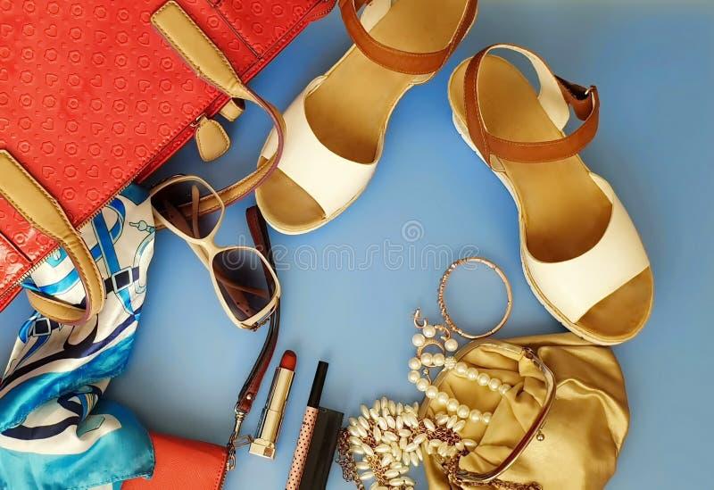 Les femmes façonnent aux sandales blanches Ring Earring d'été d'accessoires l'arc rouge de chapeau de sac à main portefeuille cos photos stock