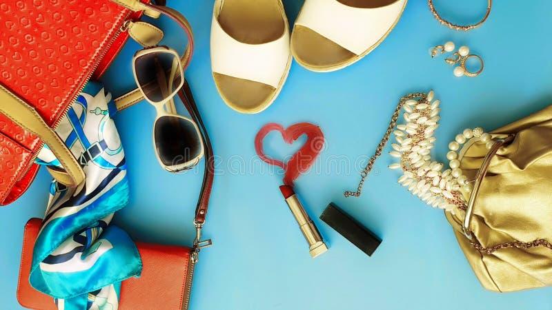 Les femmes façonnent aux sandales blanches Ring Earring d'été d'accessoires le chapeau rouge de sac à main la mode blanche pi de  image stock