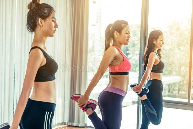 Les femmes groupent aérobie dans la classe de gymnase de forme physique images stock