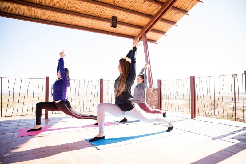 Les femmes groupent faire le yoga à la classe photos stock
