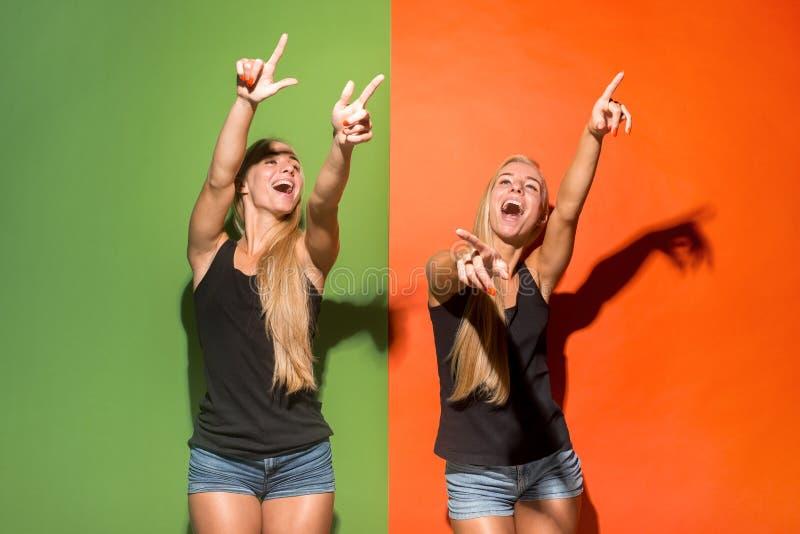 Les femmes heureuses vous dirigent et vous veulent, portrait en buste de plan rapproché photos stock